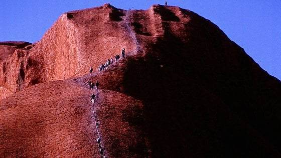 Uluru, tutti in fila prima della chiusura: l'assalto al massiccio australiano