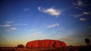 Australia. Uluru, la ressa per l'ultima scalata: tra poco il monolito non si potrà più violare