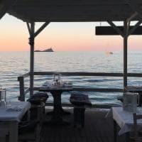 Dalla Versilia all'Argentario: 10 ristoranti dove mangiare con i piedi nella sabbia