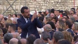 Salvini e fidanzata in platea: e dal fondo partono i fischi