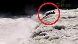 Fanno rafting ignorando i divieti: il gommone finisce nella cascata