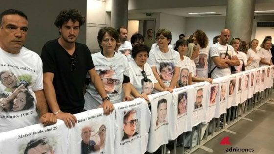Rigopiano, rinviata l'udienza. Protestano i parenti fuori dal tribunale: sulle magliette i volti delle vittime
