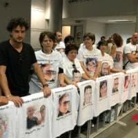 Rigopiano, rinviata l'udienza. Protestano i parenti fuori dal tribunale: sulle magliette...