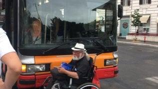 """Video Il bus è senza pedana, passeggero in carrozzina lo blocca: """"Non siamo spazzatura"""""""