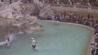 """Show nella fontana di Trevi: vigile insegue un """"antico romano"""""""
