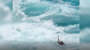Alta marea improvvisa: coppia di turisti rischia di annegare