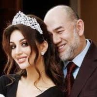 Malesia, finisce la favola della modella e del sultano: l'ex re divorzia dalla miss russa