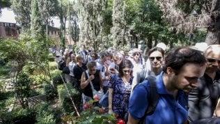 """In migliaia al cimitero acattolico di Roma per l'addio a Camilleri. Riposerà vicino a Gramsci fotoRep: """"La felicità è nelle cose ridicole"""" di ANDREA CAMILLERI"""