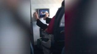 Come non ci si comporta in aereo: il 'touch screen' incivile è virale