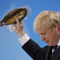 """La gaffe di Johnson: """"Questa aringa così incartata simbolo della follia Ue"""". Ma è una..."""