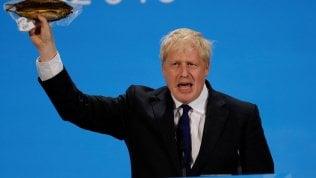 """La gaffe di Johnson: """"Questa aringa così incartata simbolo della follia Ue"""". Ma è una legge britannica"""