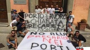 Una protesta di lavoratori precari a Livorno
