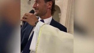 Totti 'interrogato' dal prete: è show alle nozze della cognata