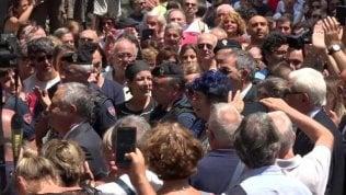 """Il lungo applauso in piazza: la folla grida """"Luciano"""""""