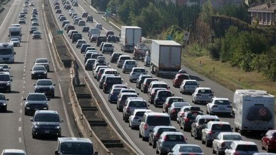Incidenti in autostrada, bilancio drammatico: un morto sulla A1 e sulla A30, tre bambini coinvolti in uno schianto in A4