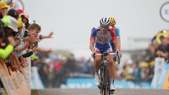 Ciclismo, Tour de France: Pinot si scatena, Alaphilippe cede ma resta in giallo. Tappa a Simon Yates