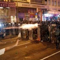 Hong Kong, proiettili di gomma e gas lacrimogeni: è di nuovo protesta e scontri