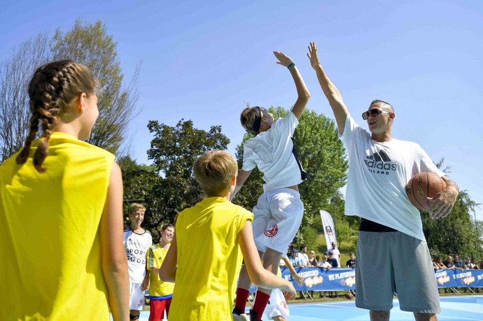 Basket, un canestro per Milano: Gallinari inaugura un nuovo playground in città