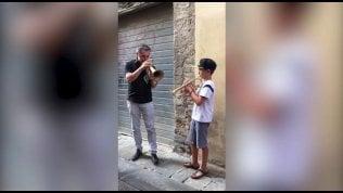 Paolo Fresu, duetto a sorpresa in strada con un bambino di 10 anni