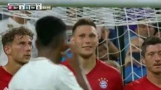 """""""Dai, provaci"""". Difensore Bayernzittito dalla punizione della punta"""