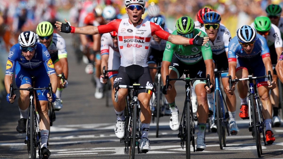 Ciclismo, Tour de France: Ewan brucia Viviani in volata. Alaphilippre sempre in giallo, Fuglsang cade e si ritira
