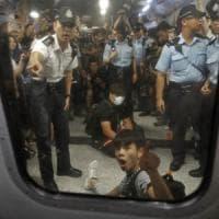 Hong Kong, continuano le proteste: Cina potrebbe inviare forze militari per mantenere...