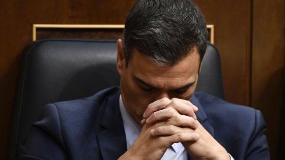 """Spagna, la sinistra di Podemos non dà la fiducia a Sánchez ma chiede di """"trattare ancora"""""""