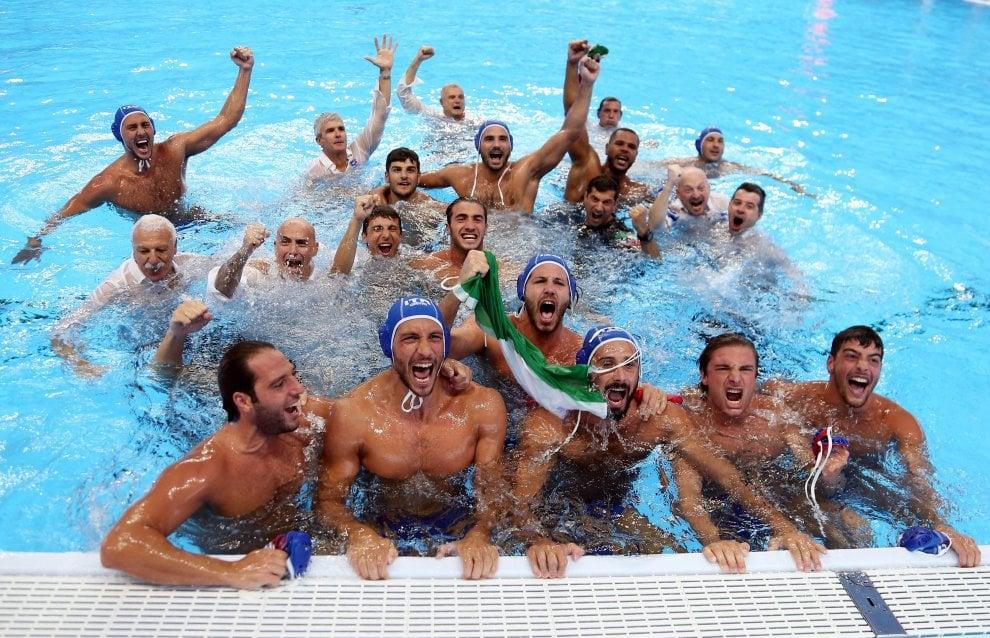 Pallanuoto, Settebello campione del mondo: la festa in piscina