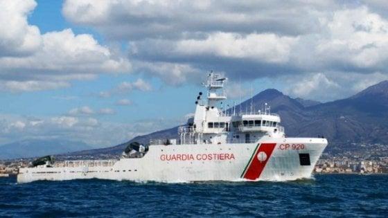"""La nave """"Gregoretti"""" con 135 migranti a bordo è davanti al porto di Catania. Sbarca donna incinta"""