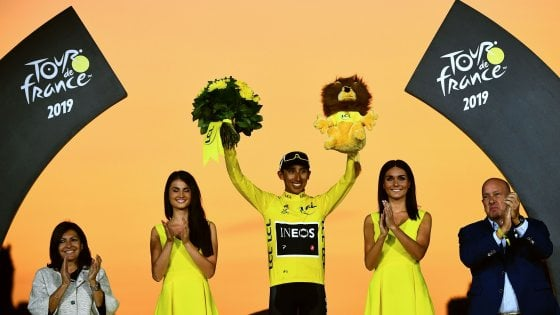 "Ciclismo, Tour de France; Parigi incorona re Bernal. ""Grazie anche all'Italia"". Ewan vince l'ultimo sprint"