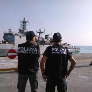 Migranti, cominciato lo sbarco dalla nave Gregoretti. Andranno in cinque paesi europei