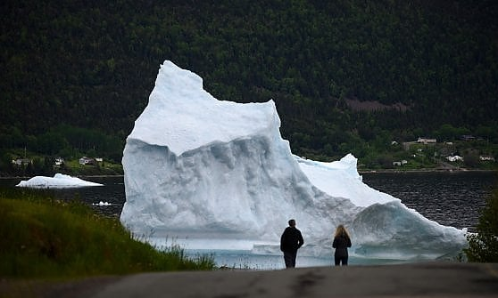 """Canada, dal riscaldamento nasce """"corridoio degli iceberg"""" con la Groenlandia: l'agonia dei giganti diventa uno show"""