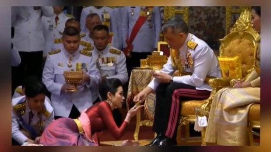 Thailandia, una concubina a palazzo: il re la sposa davanti alla sua quarta moglie