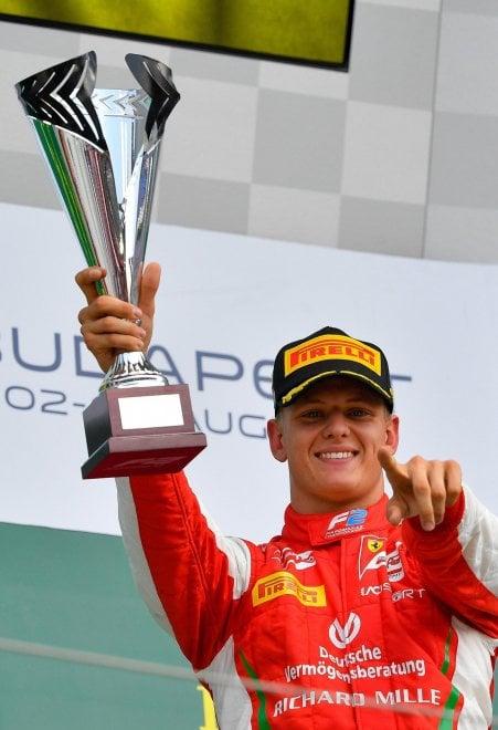 Mick Schumacher, prima vittoria in Formula 2: la festa sul podio e la gioia di mamma Corinna