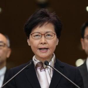 """Hong Kong, i manifestanti bloccano aerei e treni. La governatrice: """"E' emergenza"""""""
