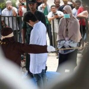 Indonesia, relazioni amorose contrarie alla sharia: 14 giovani fustigati in sette giorni