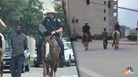 Usa, afroamericano arrestato e trascinato da due agenti a cavallo. La polizia si scusa