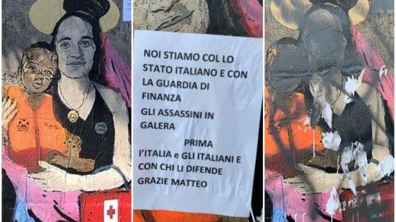 """""""Santa Carola protettrice dei rifugiati"""": a Taormina il nuovo murale di Tvboy, ma un leghista lo danneggia"""
