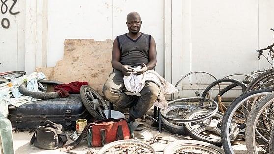 """Foggia, nel ghetto di La Pista dove sopravvivono i braccianti: """"Dopo il lavoro fanno male le ossa"""""""