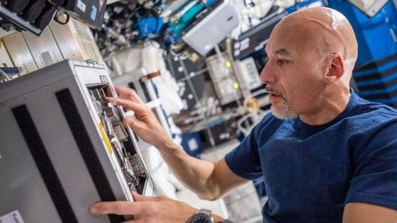 """AstroLuca, cartoline e saluti dallo spazio: """"Dalla Iss vi vedo lontani, ma vi sento vicinissimi"""""""