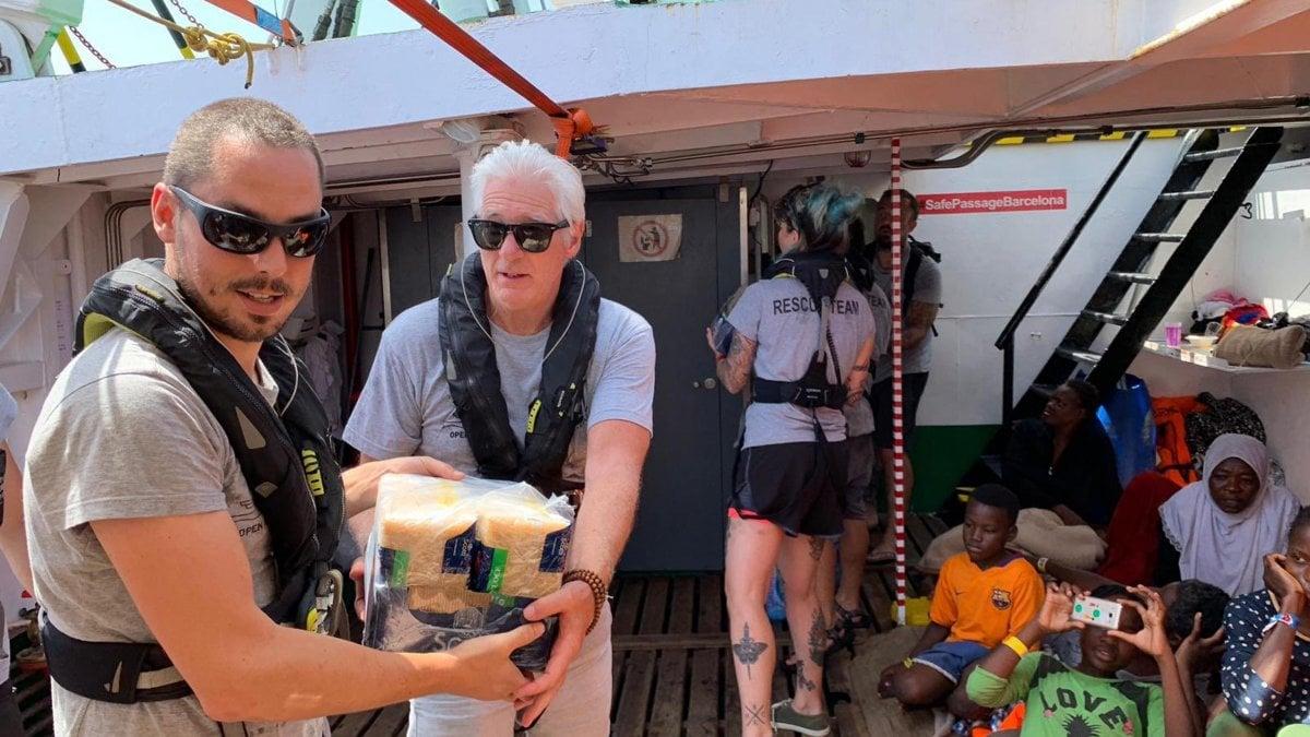 Migranti, Richard Gere e Chef Rubio a Lampedusa in sostegno alla Open Arms