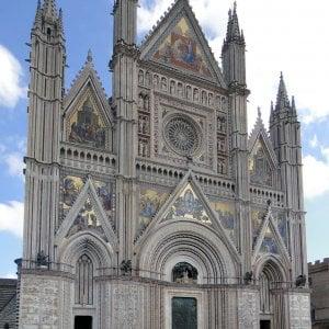 """Duomo di Orvieto, si stacca un pezzo di cornicione: """"E' stato il caldo"""""""