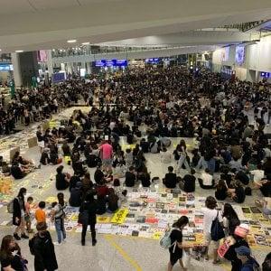 """Tra i manifestanti all'aeroporto di Hong Kong: """"Vogliamo farci ascoltare dal mondo"""""""