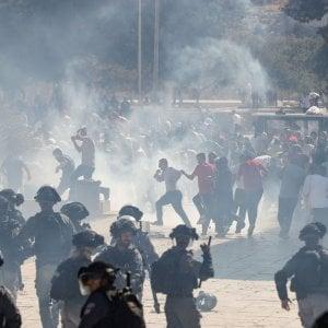 Gaza, palestinese armato ucciso al confine con Israele. Scontri alla Spianata delle Moschee a Gerusalemme