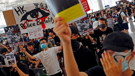 Hong Kong, migliaia di manifestanti all'aeroporto: cancellati tutti i voli