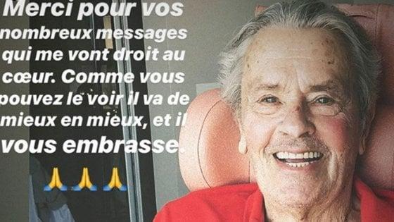"""Alain Delon, la prima foto dopo l'ictus: """"Sta migliorando"""""""