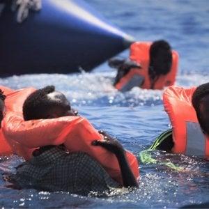 Migranti, quarto soccorso per la Ocean Viking. Il gommone si sgonfia, persone in acqua. Ora a bordo sono 356