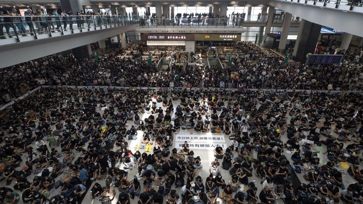 Hong Kong, voli di nuovo bloccati dalle manifestazioni