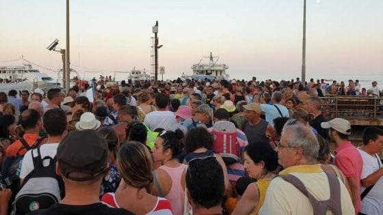 """Stromboli, l'assedio dei turisti """"mordi e fuggi"""". Ogni giorno navette portano 2000 persone"""