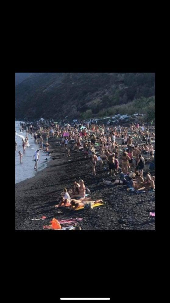 """Stromboli, l'assedio dei turisti """"mordi e fuggi"""". Ogni giorno i barconi portano 2000 persone contemporaneamente."""